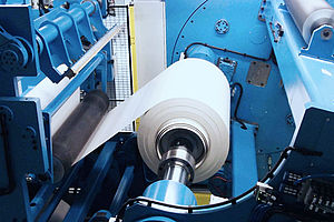 Conversion of a cross-cutting device on a non-stop film winder.